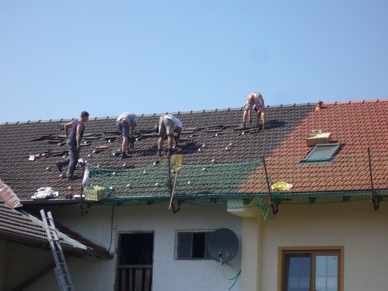 Montage van de dakhaken en rails voor de bevestiging van de zonnepanelen.