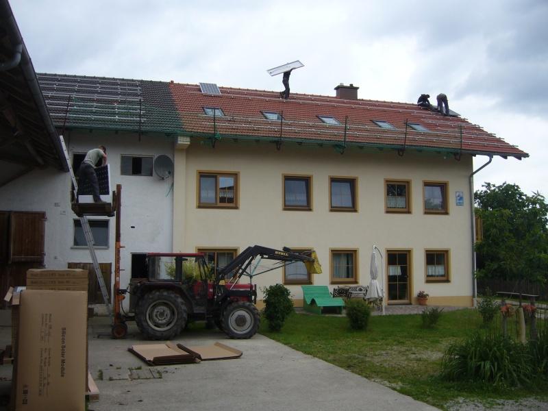 Dan kan er begonnen worden met het monteren van de zonnepanelen. De tractor levert goede diensten als lift.