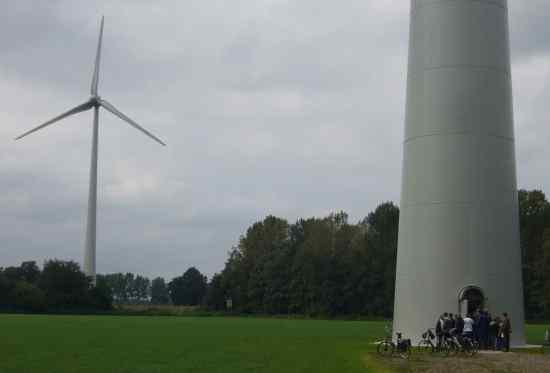 2 van de 8 turbines waren open voor het publiek. Via een korte ladder kon je naar het platform klimmen waar de enorme omvormers opgesteld staan. Daar was ook uitleg door één van de initiatiefnemers van het windpark.