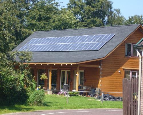 Op de terugweg zag ik in het pittorekse Veessen dit on-Nederlands grote pv-dak. Ik denk dat er zo'n 5 á 5,5 kWp op het dak ligt. Indrukwekkend!