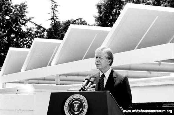 Jimmy Carter houdt een persconferentie op de westvleugel in 1979 om zijn duurzame energie initiatief aan te kondigen: de zonnecollectoren voor de warmwaterbereiding voor de keuken
