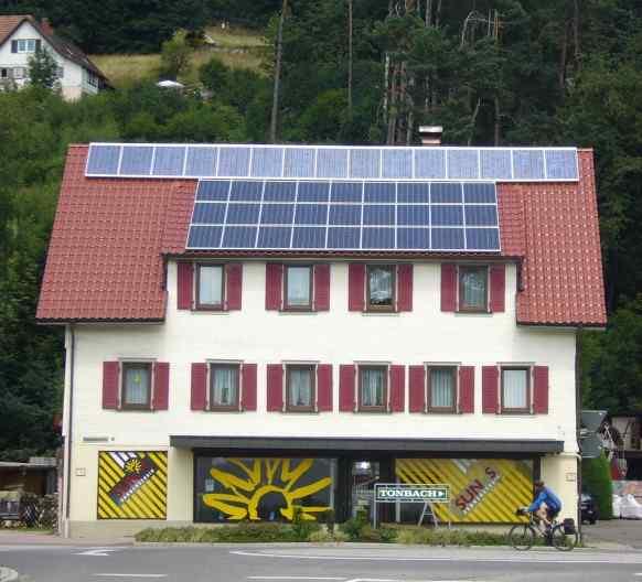 Een zonnestudio in Baiersbronn, Baden-Württemberg. Hauptthema Sonne, zowel van binnen als van buiten.
