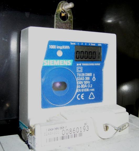 De Siemens elektriciteitsmeter met 5 digitale telwerken, waarvan 1 voor het registeren van de teruggeleverde kilowatturen