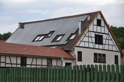 Bauernhof 'Ackermann' in Stadtilm, Thüringen. Het ZO- en ZW dak liggen vol met thinfilm modules, hoogstwaarschijnlijk van First Solar.